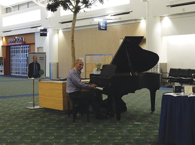 夜遅くに空港に到着してピアノの音に和む Photo © Michiko Ono Amsden