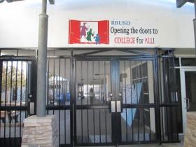 学校のゲートは登下校時以外は安全のために閉められている Photo © Keiko Fukuda