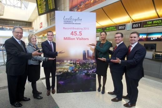 ロサンゼルス国際空港で記者会見するエリック・ガーセッティ市長(左から3番目)ら Photo Courtesy of Los Angeles Tourism & Convention Board