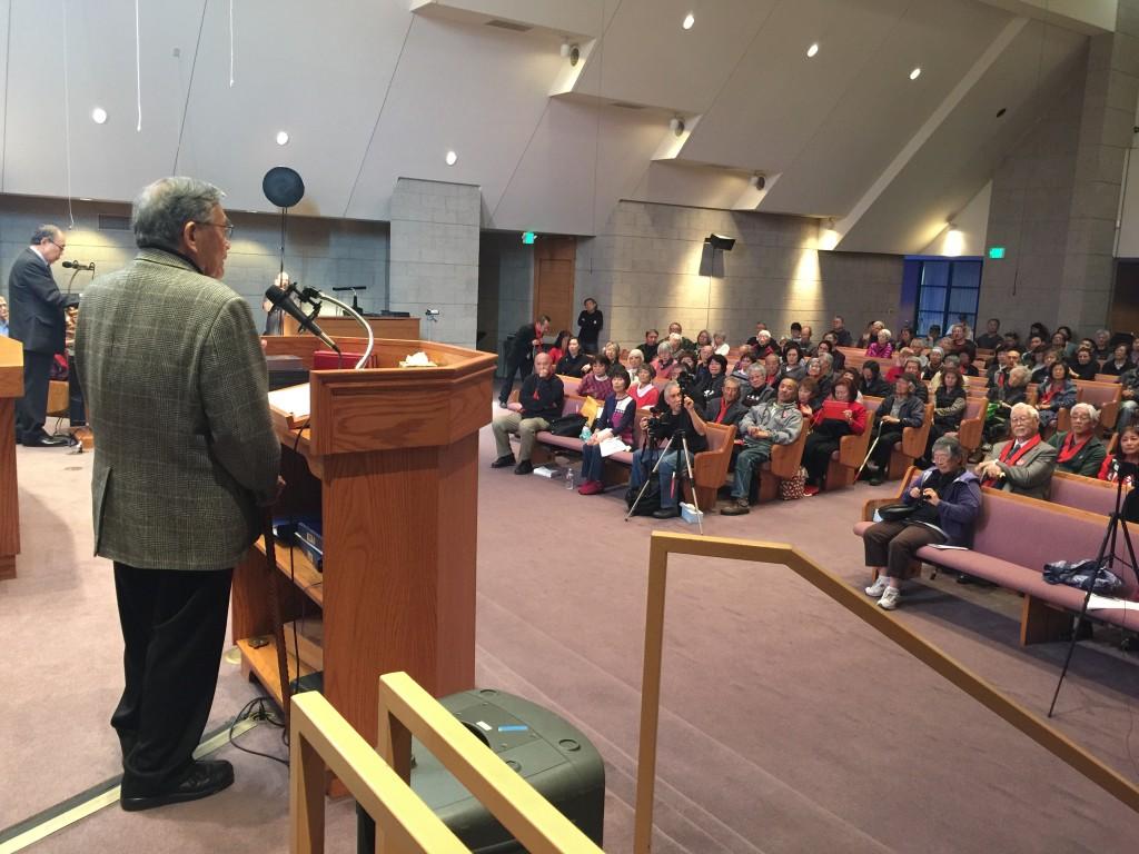会場を埋めた反対派に語りかけるノーマン・ミネタ元運輸長官(手前背中) Photo © Mirei Sato