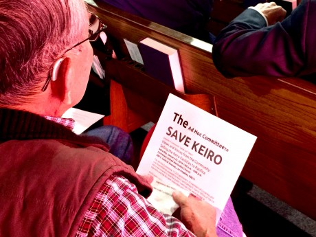 「敬老を守る会」が配ったビラを手に、熱心に耳を傾ける参加者 Photo © Mirei Sato