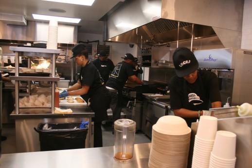 長蛇tの列に対応すべく忙しく働く「LocoL」のキッチン・スタッフ Photo © Mirei Sato