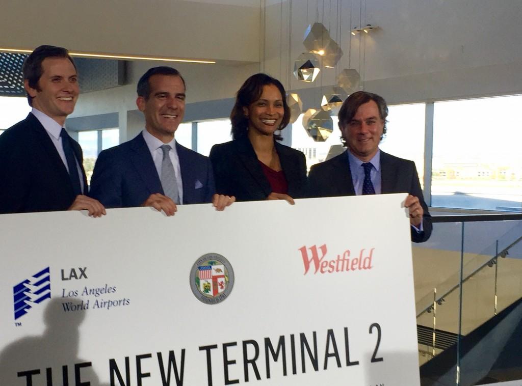 ロサンゼルス国際空港ターミナル2のグランドオープニングを祝う、エリック・ガーセッティ・ロサンゼルス市長(左から2人目)、デボラ・フリント・ロサンゼルス国際空港CEO(右から2人目) Photo © Mirei Sato