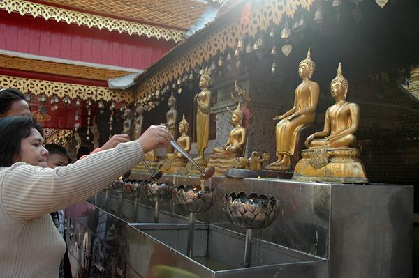 タイの人たちは西暦のニューイヤーも中国の旧正月も祝うが、ソンクラーンは特別。1年の幸福を祈りにやって来るPhoto © Mirei Sato