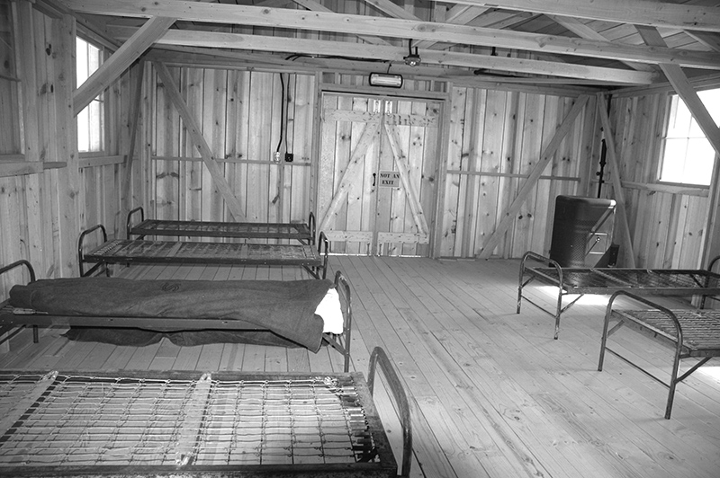 バラック小屋の内部 Photo © Mirei Sato