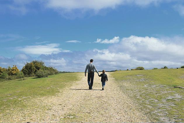 親子の散歩姿。愛犬との散歩もこうでありたい