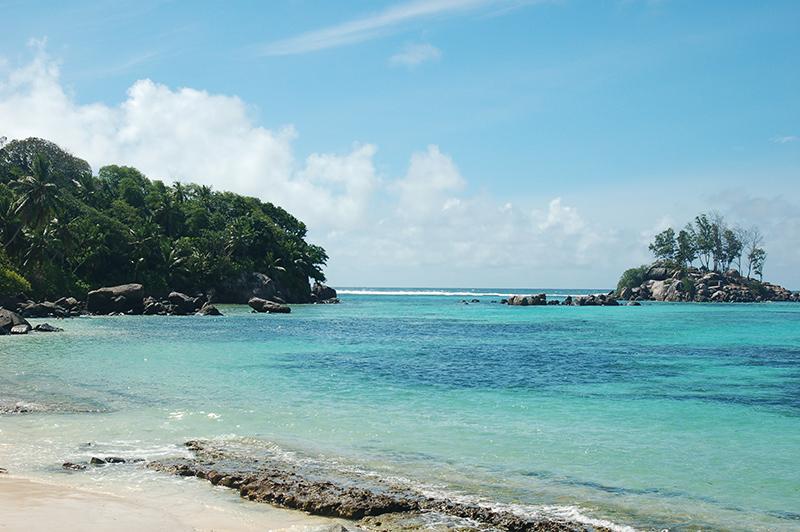 マへ島には65カ所のビーチがある。中央に山がそびえ立ち、平坦な土地は少ない Photo © Mirei Sato