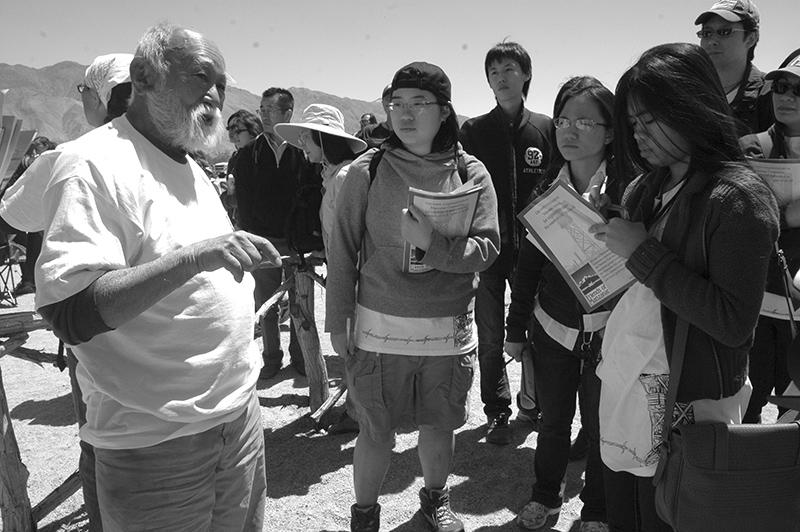 「ここは国や州の史跡じゃない、私たちの場所、ホームなんだ」と話すモーさん。学生たちは真剣に聞き入っていた Photo © Mirei Sato