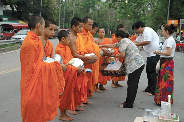 料理ができない僧侶のために、「喜捨寄進」で食べ物を捧げるPhoto © Mirei Sato