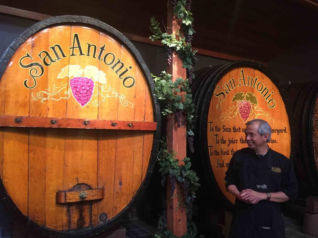 100年以上たつ古いスロベニアン・オークのワイン樽。ツアーで見せてくれる Photo © Mirei Sato