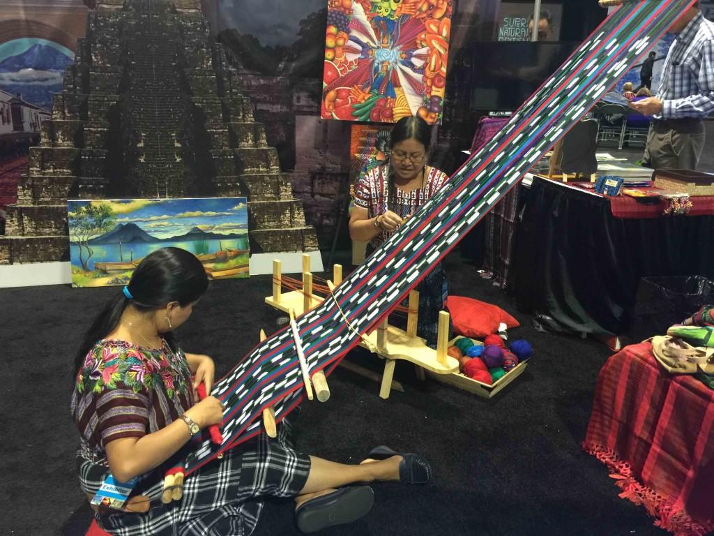 伝統工芸の織物の実演をするグアテマラの観光ブース Photo © Mirei Sato