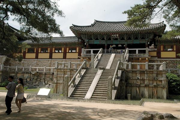 俗世と理想郷とを結ぶ階段は、33段。過去の戦乱や火災でも石段は生き残ったPhoto © Mirei Sato