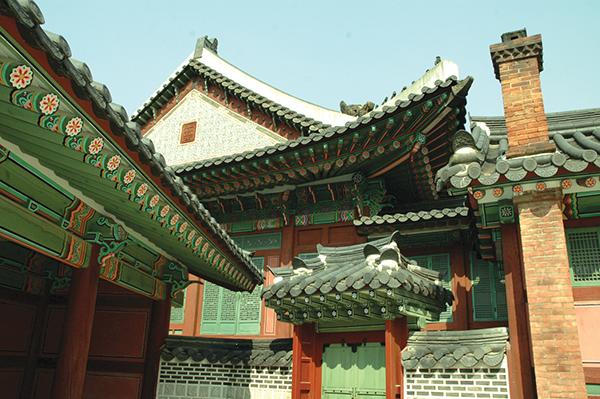 屋根や天井の極彩色は、丹青(タンチョン)と呼ばれるPhoto © Mirei Sato