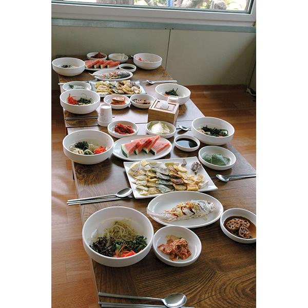 祭礼料理チェサ。おかずはビビンバ風にご飯と混ぜて。韓国料理にしては比較的あっさりした味Photo © Mirei Sato