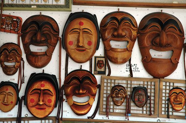 ハンノキに彫って漆を塗った仮面は、国宝指定の工芸品。 毎年10月の仮面フェスティバルには大勢の観光客が訪れるPhoto © Mirei Sato