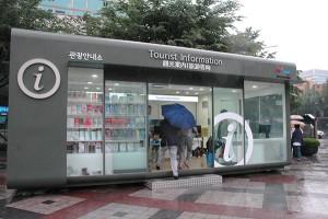 ソウル市内の観光案内所。観光客が多い場所では、たいてい日本語も英語も通じるPhoto © Mirei Sato