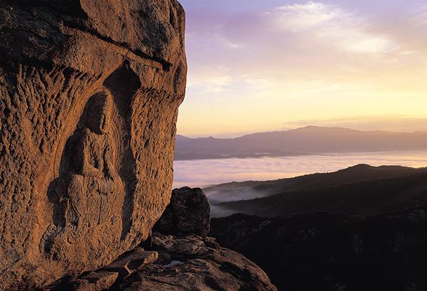 雲の上に座っているように見えることで有名な、神仙庵(シンソナム)の磨崖仏© Korea Tourism Organization