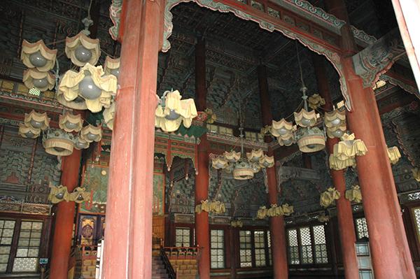 日本の統治時代、景福宮には「朝鮮総督府」が置かれた。昌徳宮の内部は、日本の近代化を誇示するために取り付けられた西洋風の電球が、今も残っているPhoto © Mirei Sato