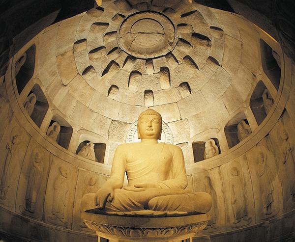 如来像を取り囲む壁に、菩薩など38体が彫り込まれている© Korea Tourism Organization
