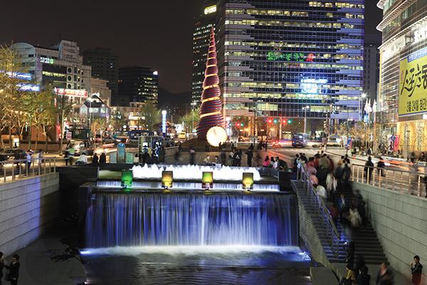 オフィス街を流れる清渓川(チョンゲチョン)は、韓流ドラマのロケ地としても有名© Korea Tourism Organization