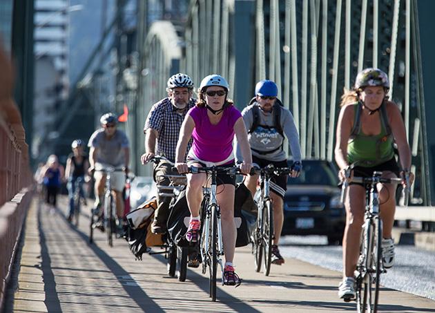 市民の足、自転車。ホーソンブリッジにて © Jamies Francis and Travel Portland