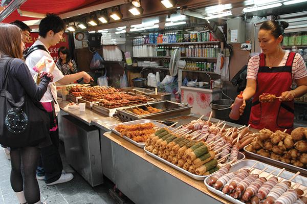 チヂミ、カルグクス、トッポッキ…。屋台でスパイスとソースが利いた韓国スナックを満喫Photo © Mirei Sato
