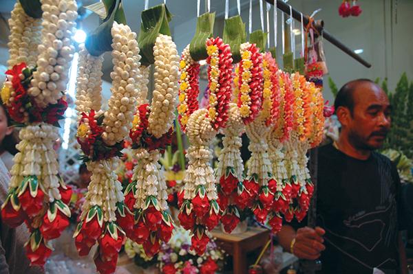 花びらでつくる花輪や飾りは、タイの人々の生活に欠かせない。仏像の手にかけたり、年長者や両親に敬意を表して贈ったりするPhoto © Mirei Sato