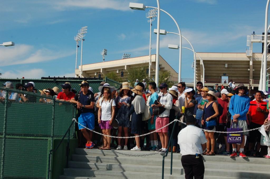 錦織選手の公開練習を見ようと集まった人たち Photo © Mirei Sato