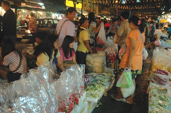 夜から明け方にかけて賑わう花市場Photo © Mirei Sato