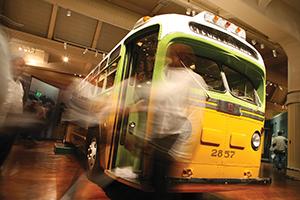 アラバマ州モンゴメリーで、ローザ・パークスが逮捕された時に乗っていたバス。これを機に大規模バスボイコットが起こり、公民権運動が盛り上がったPhoto by Bill Bowen