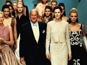 1999年7月、パリで開かれた「Balmain Haute Couture Fall/winter 1999 - 2000 Fashion show」で Photo by Victor VIRGILE/Gamma-Rapho via Getty Images