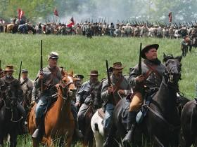 戦況を見て移動する騎馬隊 Photo © Mirei Sato