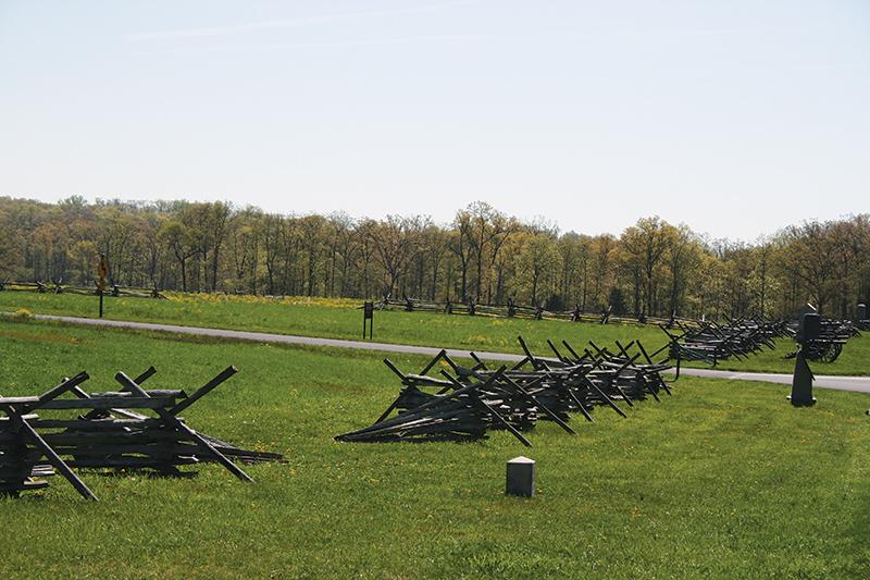 戦場に残る独特の「Virginia Worm Fence」。ジグザグに木を積み上げてつくった Photo © Mirei Sato