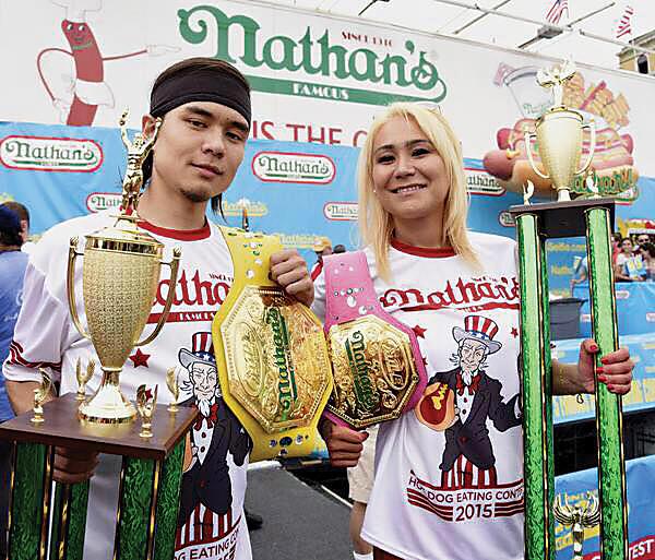 2015年ネイサンズの男子覇者マット・ストーニーと=写真は須藤美貴さん提供