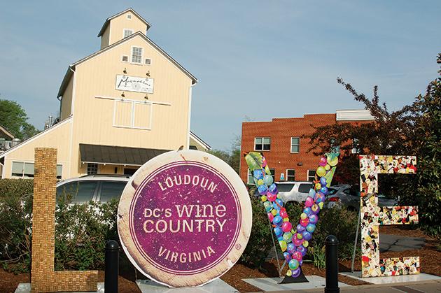 ワインのコルクやラベルを模した、ラウドゥン郡の「LOVE」サイン Photo © Mirei Sato