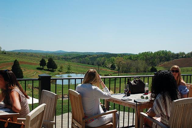 晴れた週末は大勢のワイン好きで賑わう「Stone Tower Winery」 Photo © Mirei Sato