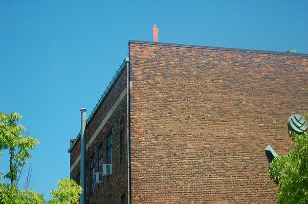 デトロイトのダウンタウンには気品あるアールデコの建築が多い。街の美しさに目を向けてほしいとの願いから始まったアートプロジェクト「Man in the City」。ビルの屋上などあちこちに、オレンジ色の人形があるのを見つけて歩くのは楽しい Photo © Mirei Sato