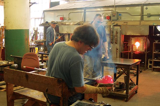 「Russell Industrial Center」の中にあるガラス工房。超高温のガス釜を使ったワークショップが行われていた Photo © Mirei Sato
