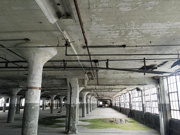 「Russell Industrial Center」の内部。まだテナントが入っていないフロアもある Photo © Mirei Sato
