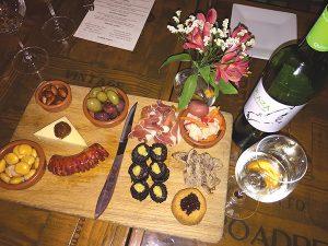ブラッドソーセージなど、ワインに合わせたアペタイザーの盛り合わせ=「Café Lucia」Photo © Mirei Sato