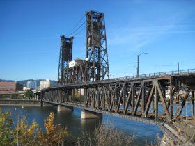 2層になった高さが目立つ「鉄橋Steel Bridge」Photo © Michiko Ono Amsden
