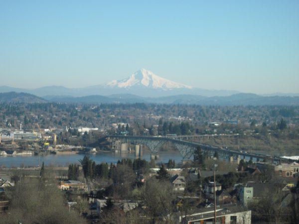 オレゴン富士のフッド山が向こうに見える「ロス・アイランド橋Ross Island Bridge」も美しい。Photo © Michiko Ono Amsden