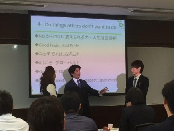 自らビジネス社会で実践してきたことを教える酒井氏(中央) ©PYD