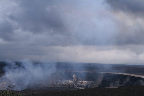 ハレマウマウ火口から立ちのぼる噴煙Photo @ Mirei Sato
