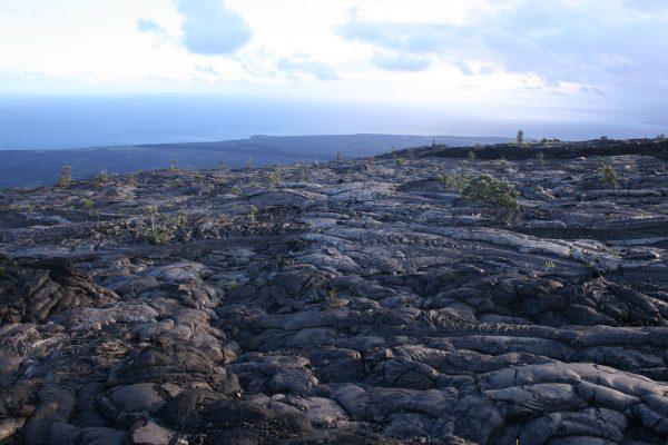 海へ向かって広がる、ハワイ島の溶岩台地Photo @ Mirei Sato