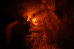 溶岩トンネル「Lava Tube」を歩いて通るPhoto @ Mirei Sato