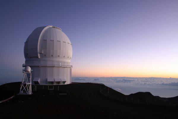 朝日が差し込み始めたマウナケア山頂の「カナダ・フランス・ハワイ望遠鏡」Photo @ Mirei Sato