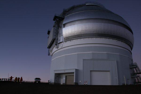 マウナケア山頂。「ジェミニ天文台」のそばにバンをとめて、日の出を待つPhoto @ Mirei Sato