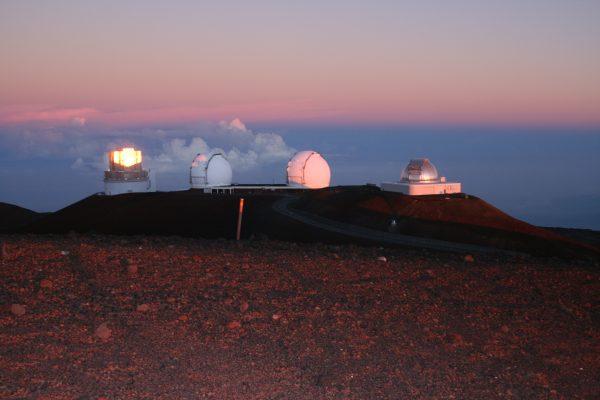 朝日を浴びて燃えるように輝く、日本・国立天文台の「すばる望遠鏡」(左)=マウナケア山頂Photo @ Mirei Sato