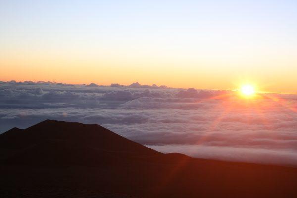 標高4205メートル、マウナケア山頂で、ご来光Photo @ Mirei Sato